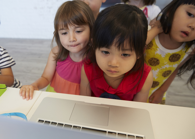 幼児、小学生のタブレット学習は視力低下のおそれ