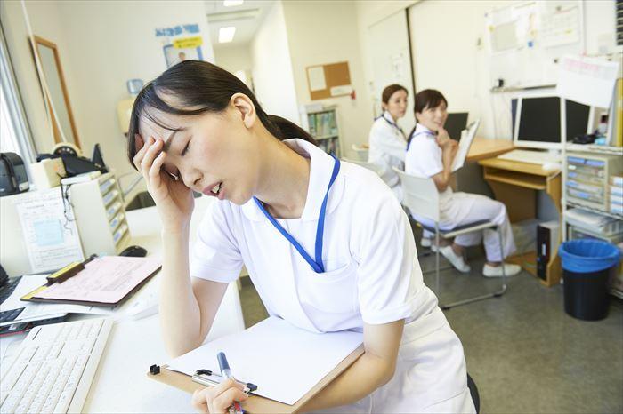 疲れ切っているママ看護師