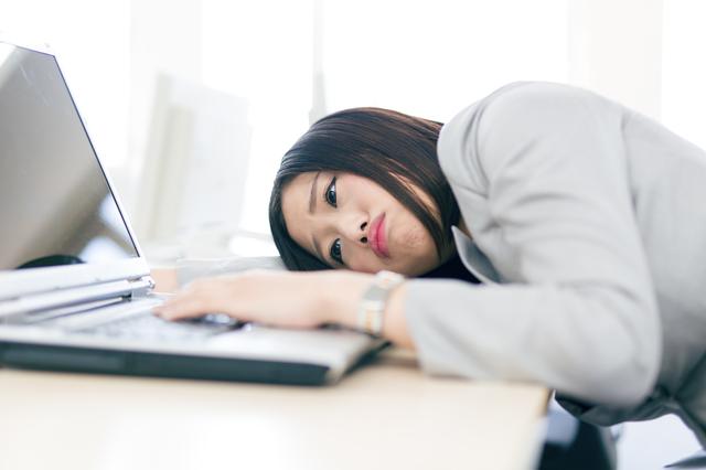 疲れて仕事が進まない女性