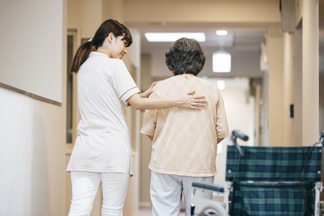 高齢者を介助する介護士